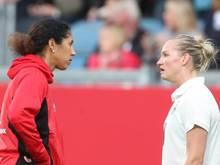 Bundestrainerin Steffi Jones (l) und Alexandra Popp sind nach dem 2:3 bitter enttäuscht.