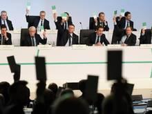 Die DFB-Präsidiumsmitglieder sowie die Delegierten stimmen in Frankfurt am Main per Stimmkarte ab