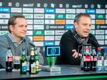 96-Sportdirektor Horst Heldt (li.) ist mit der Arbeit von Trainer André Breitenreiter sehr zufrieden