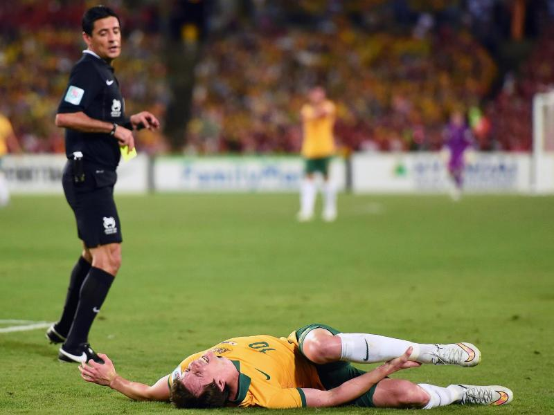 Robbie Kruse liegt im Finale mit Schmerzen am Boden.Foto: Paul Miller