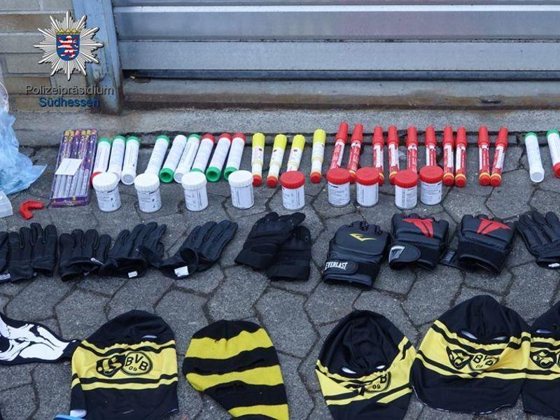 Die Polizei stellte Pyrotechnik, Kampfsporthandschuhe und Sturmhauben sicher