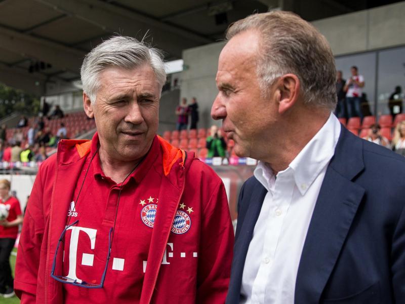 Karl-Heinz Rummenigge (r.) ist zufrieden mit der Arbeit von Carlo Ancelotti