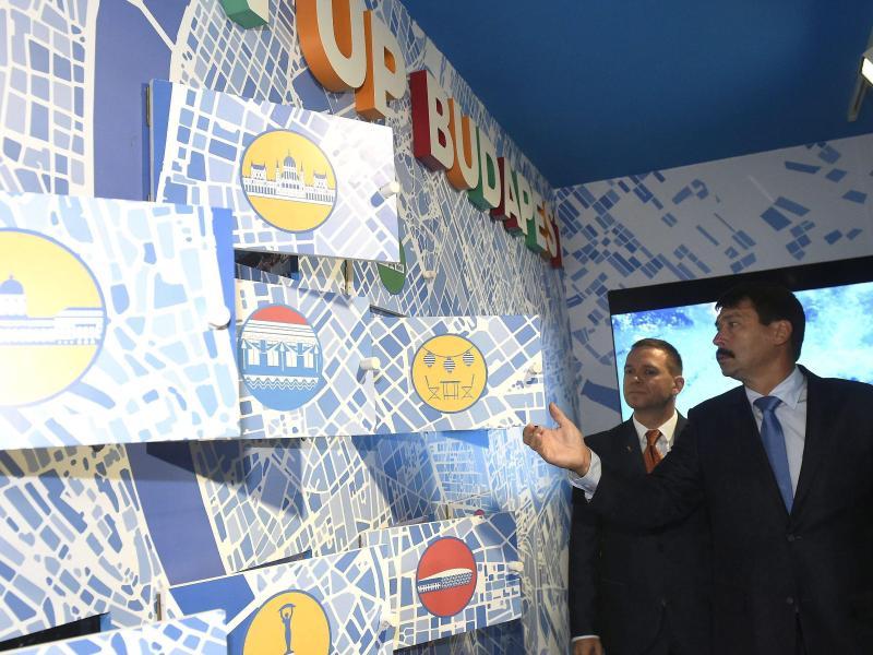 Ungarns Präsident Ader (r) besucht 2016 mit dem Chef der ungarischen Bewerbung für die Spiele 2024 eine Präsentation in Budapest