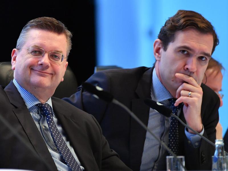 DFB-Präsident Reinhard Grindel (li.) und DFB-Generalsekretär Curtius (re.) rechnen in Bälde mit einem Länderspiel in China