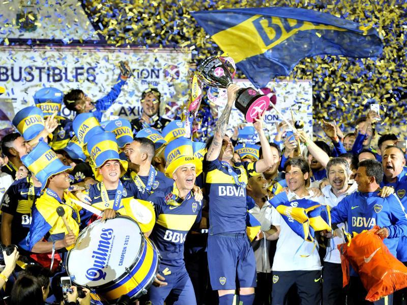 Die Spieler der argentinischen Mannschaft Boca Juniors feiern ihren 32. Meistertitel