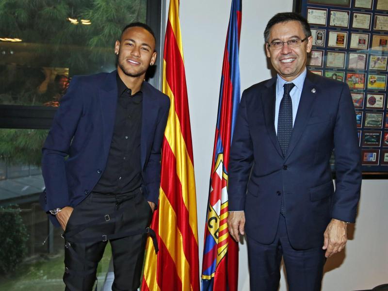 Barcelonas Klubchef Josep Maria Bartomeu (r.) ist enttäuscht von Superstar Neymar