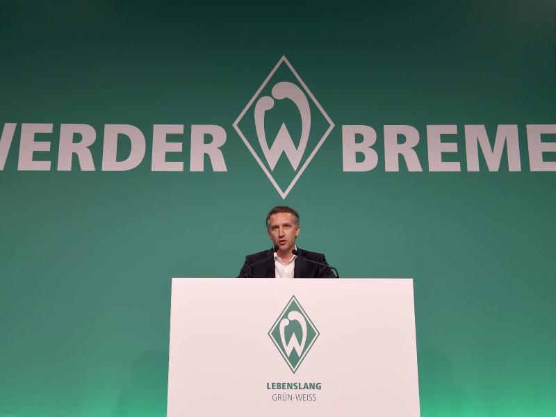 Werder-Sportchef Frank Baumann spricht auf der Mitgliederversammlung in Bremen
