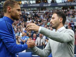 """Kuschelkurs auf Schalke? Domenico Tedesco (re.) findet die Reaktion von Ex-Kapitän Benedikt Höwedes """"weltklasse"""""""