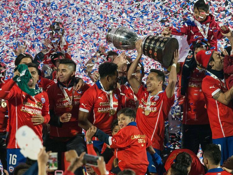 Alexis levanta la Copa América en medio de la algarabía. (Foto: Imago)