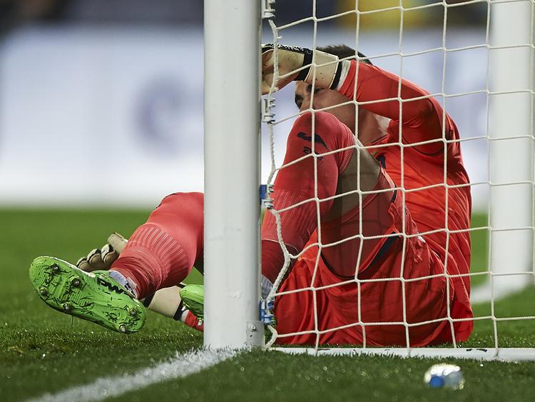 Asenjo se lesionó tras efectuar una parada a un remate del francés Benzema. (Foto: Getty)