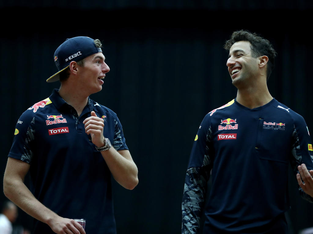 Daniel Ricciardo (r.) und Max Verstappen werden auch 2017 für Red Bull fahren