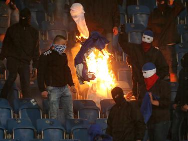Anhänger von Hansa Rostock verbrennen Fahnen von Hertha BSC