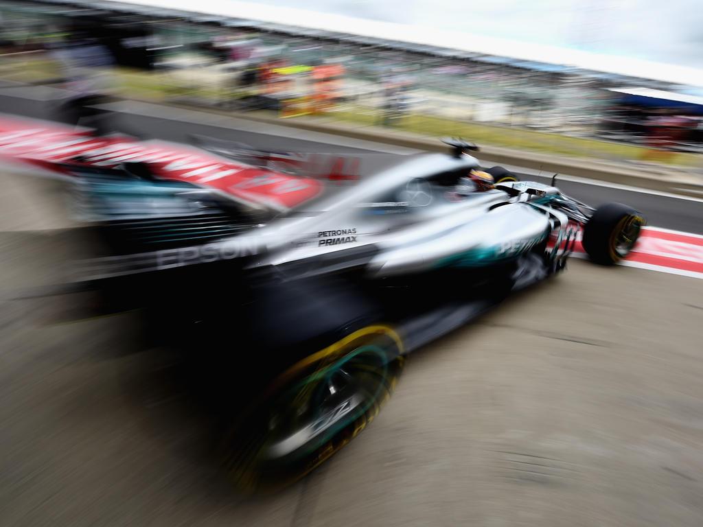 Hamilton fährt auf die Strecke