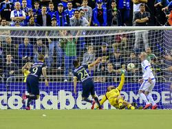 Oribe Peralta trifft in der CONCACAF Champions League gegen Kristian Nicht (2.v.r.)