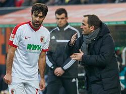 Jan Morávek (l.) hat seinen Vertrag beim FC Augsburg verlängert