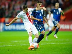 Robert Lewandowski (l.) traf für die Polen gegen Gibraltar doppelt