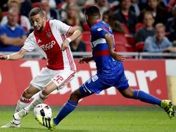 Hakim Ziyech (l.) probeert Anouar Kali (r.) van zich af te schudden tijdens de bekerwedstrijd Ajax - Willem II. (21-09-2016)