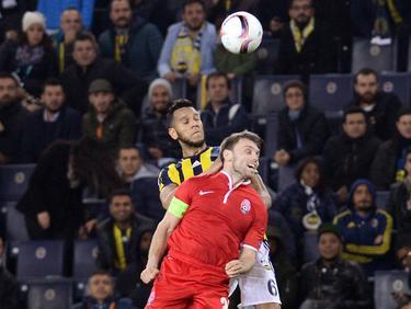 Souza (l.) wint het kopduel van Oleksandr Karavayev (r.) tijdens de Europa League-wedstrijd tussen Fenerbahçe en Zorya Lugansk. (24-11-2016)