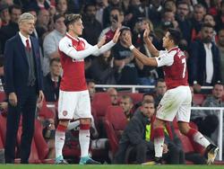 Arsène Wenger (l.) hält weiterhin an Mesut Özil fest