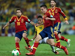 Jordi Alba (izq.) y César Azpilicueta (r.) en la final de la Copa Confederaciones