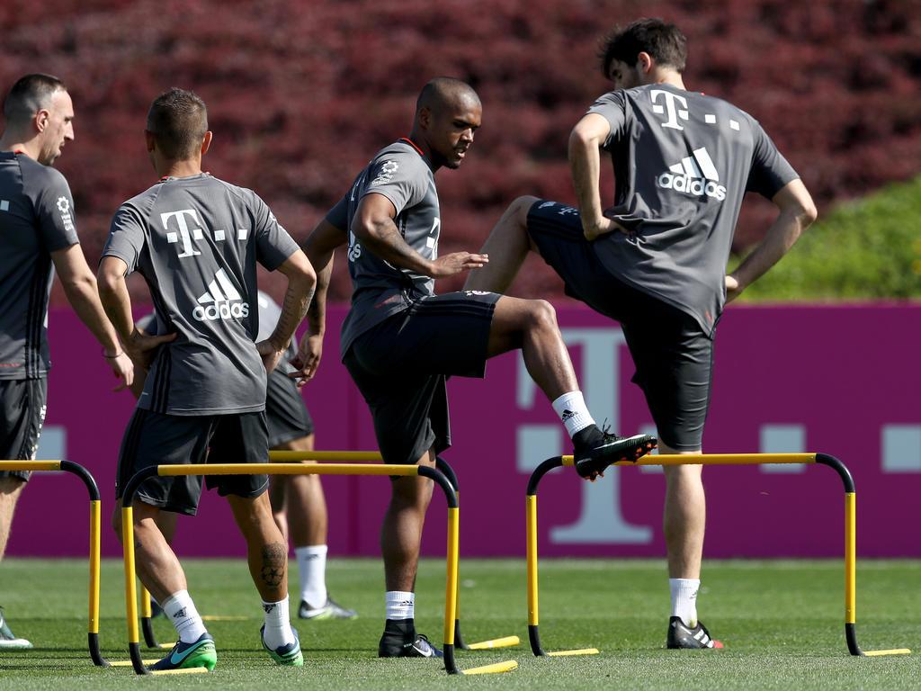 Douglas Costa absolvierte beim FC Bayern Stabilitätsübungen