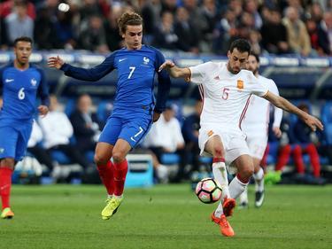 Antoine Griezmann (l.) in duel met Sergio Busquets. (28-03-2017)