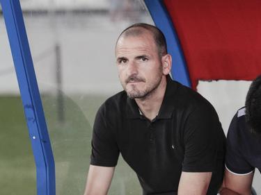 Fernando Soriano sentado en el banquillo de la UD Almería esta temporada. (Foto: Imago)
