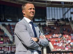 John van den Brom kijkt moeilijk tijdens de wedstrijd AZ - Roda JC. Onduidelijk is of dat komt door de felle zon of de zeer matige eerste helft. (09-04-2017)