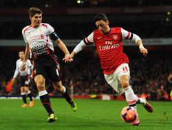 Steven Gerrard (l.) und Mesut Özil kennen sich als Rivalen auf dem Feld