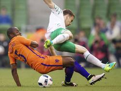 Jetro Willems (l.) und Seamus Coleman im Zweikampf