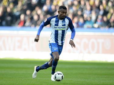 Salomon Kalou gaat er met de bal vandoor tijdens het competitieduel Hertha BSC - Borussia Dortmund (11-03-2017).