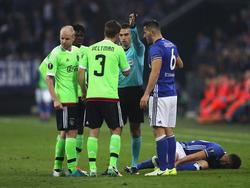 Davy Klaassen (l.) en Joël Veltman vinden de rode kaart die scheidsrechter Ovidiu Haţegan (m.) geef onterecht. Sead Kolašinac (r.) bemoeit zich er ook mee. (20-04-2017)