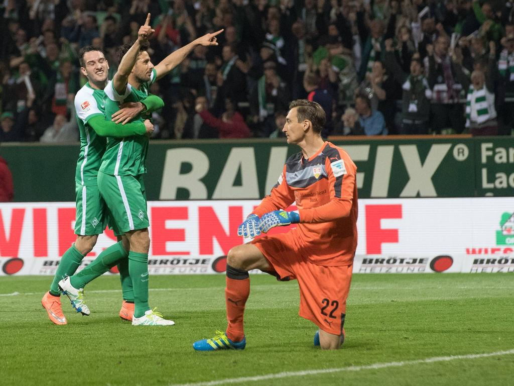 Beim 6:2-Kantersieg des SV Werder Bremen gegen den VfB Stuttgart trifft Claudio Pizarro zum zwischenzeitlichen 4:2.