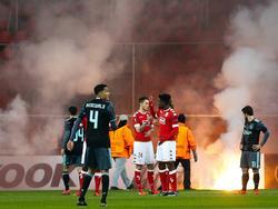 Het duel tussen Standard en Ajax ligt even stil omdat supporters van Ajax vuurwerk op het veld hebben gegooid. Jaïro Riedewald rust daarom even uit. (08-12-2016)