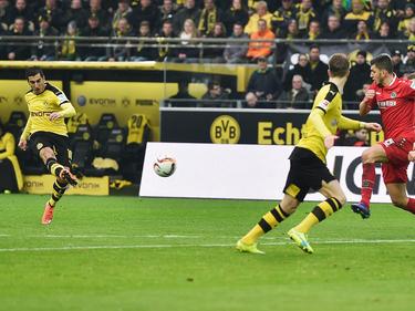 Passt: Henrikh Mkhitaryan (l.) nimmt Maß und trifft zum 1:0 gegen Hannover