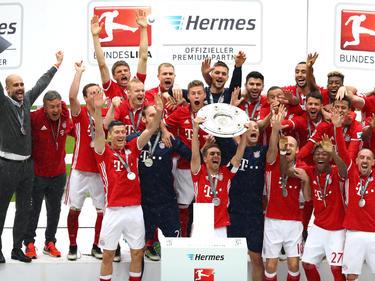 Der FC Bayern München hält zum vierten Mal in Folge die Schale hoch - Rekord!