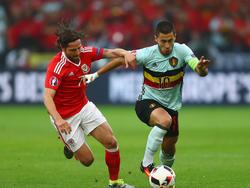 Belgiens Kapitän Eden Hazard (r.) entwischt dem Waliser Joe Allen. (01.07.2016)