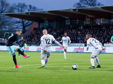 Vaclav Černý schiet zijn derde treffer van de avond binnen voor Jong Ajax. Telstar-verdedigers Donnny van Iperen (12) en Crescendo van Berkel kunnen er niets meer aan doen (23). (07-04-2017)