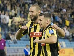 Tim Matavž (l.) en Bryan Linssen (r.) vieren de 4-1 van Vitesse tegen NAC Breda. (13-08-2017)