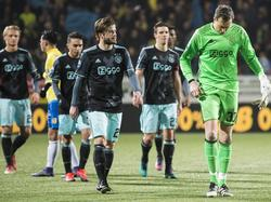 De spelers van Ajax druipen teleurgesteld het veld van het Cambuurstadion af na de 2-1 nederlaag in het bekertoernooi. (15-12-2016)