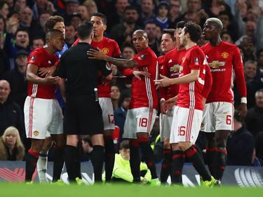 La FA criticó también la actitud de los jugadores que rodearon al árbitro. (Foto: Getty)
