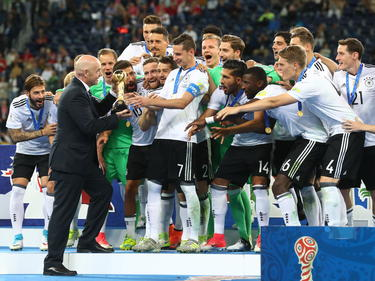 Alemania recibe en el podio la Copa Confederaciones. (Foto: Getty)