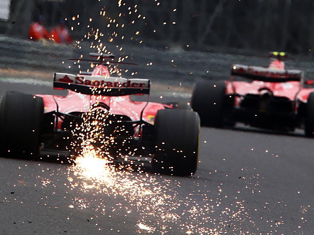 Sebastian Vettel (l.) hat in der WM nur noch einen Punkt Vorsprung auf Lewis Hamilton