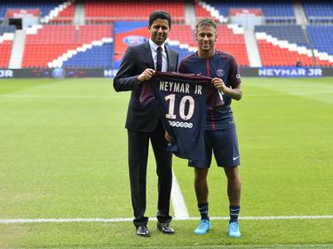 Nasser Al-Khelaifi (izq.) posa con Neymar en su presentación. (Foto: Getty)