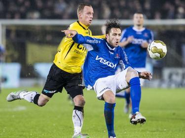 Kai Heerings (r.) moet de bal onder druk van Sjoerd Ars (l.) aannemen. De mandekker van Helmond Sport maakt zijn debuut in het shirt van de club. (29-01-2016)