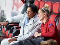 Bundestrainerin Jones (l.) und Anja Mittag freuen sich auf die Partie gegen Österreich