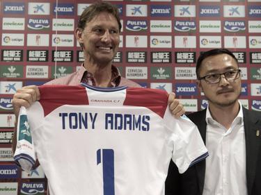 Tony Adams (l.) wordt gepresenteerd als de nieuwe trainer van Granada CF (11-04-2017).