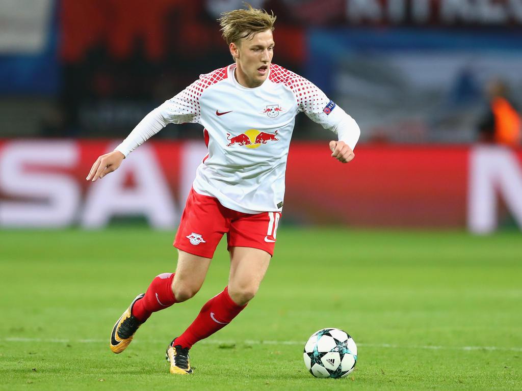 Leipzigs Torschütze Emil Forsberg mit dem Champions-League-Ball am Fuß