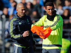Geballte Fußball-Extraklasse auf einem Fleck: Cristiano Ronaldo (r.) von Real Madrid mit seinem neuen Cheftrainer Zinedine Zidane. (5.1.2016)