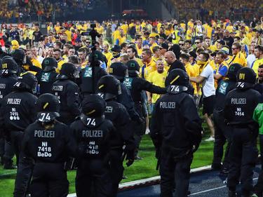 Braunschweiger Fans stürmten nach der Niederlage gegen Wolfsburg den Rasen